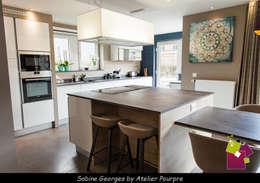 Aménagement séjour, cuisine et Hall: Cuisine de style de style Moderne par Atelier Pourpre Design & Décoration SPRL