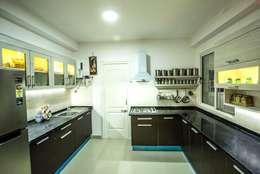 Ezhilagam: modern Kitchen by Spacestudiochennai