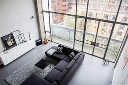 Salas de estilo industrial por YAM Studios