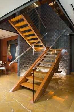 Penthouse Punto Central: Pasillos y recibidores de estilo  por Línea Vertical