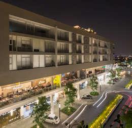 FACHADA (SURESTE): Espacios comerciales de estilo  por Rousseau Arquitectos