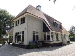 Klassieke rietgedekte villa met verspringende rietlijn te Veenendaal:   door 01 Architecten