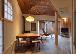 Salas de jantar ecléticas por ダトリエ一級建築士事務所 LLC