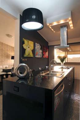 Cocinas de estilo moderno de Arq Renny Molina