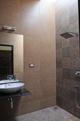Hung-over Residence: modern Bathroom by Urban Tree