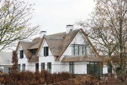 Witte villa met rieten dak: landelijke Huizen door Arend Groenewegen Architect BNA