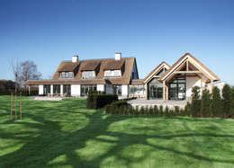 achter gevel overdekt terras: landelijke Huizen door Arend Groenewegen Architect BNA