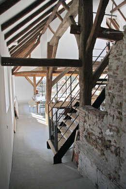 Salas / recibidores de estilo rural por Arend Groenewegen Architect BNA