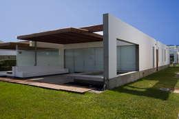 CASA DE PLAYA ARÉVALO: Casas de estilo minimalista por ARKILINEA