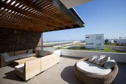 CASA DE PLAYA BARRÓN: Terrazas de estilo  por ARKILINEA
