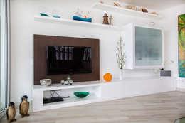mueble tv: Salas / recibidores de estilo moderno por Carughi Studio