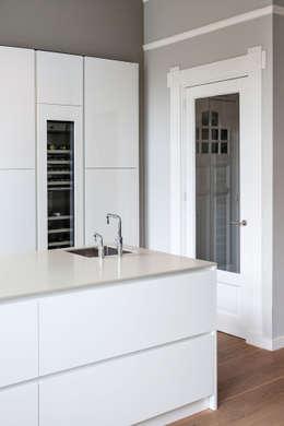moderne keuken met maatwerk wijnklimaatkast: moderne Keuken door choc studio interieur