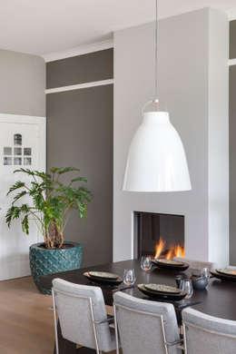 eetkamer met open haard: moderne Eetkamer door choc studio interieur