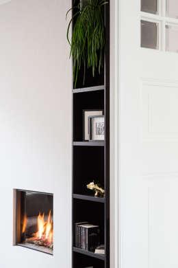 maatwerk boekenkast: moderne Woonkamer door choc studio interieur