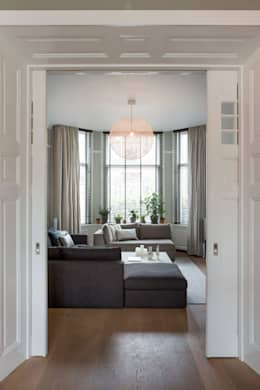 luxe woonkamer in warm herenhuis: moderne Woonkamer door choc studio interieur