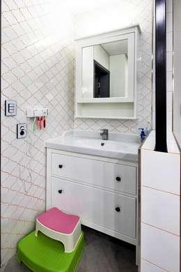 여수 밤바다를 가족 품 안에 (여수 웅천동 주택): 윤성하우징의  화장실
