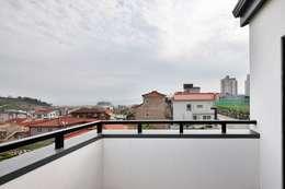 여수 밤바다를 가족 품 안에 (여수 웅천동 주택): 윤성하우징의  베란다