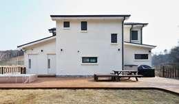 아기자기함과 따스함을 모두 담은 행복터 (양평 도장리 주택): 윤성하우징의  주택