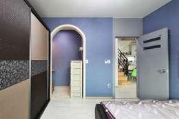 아기자기함과 따스함을 모두 담은 행복터 (양평 도장리 주택): 윤성하우징의  드레스 룸
