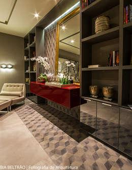 Projekty,  Pokój multimedialny zaprojektowane przez Carolina Mota - Arquitetura, Interiores e Iluminação