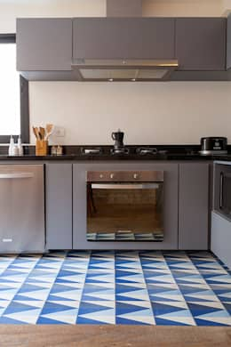 Cocinas de estilo ecléctico por Tria Arquitetura