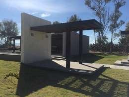 Casas de estilo moderno por La Maquiladora / taller de ideas