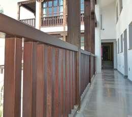 Balcones y terrazas de estilo rústico por Conely