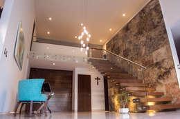 Couloir et hall d'entrée de style  par AParquitectos