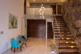 Pasillos, vestíbulos y escaleras de estilo moderno por AParquitectos