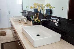 Banheiros modernos por AParquitectos