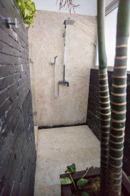 Regadera con bamboo: Baños de estilo  por AParquitectos
