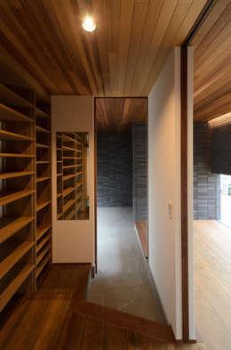 クローク: バウムスタイルアーキテクト一級建築士事務所が手掛けた廊下 & 玄関です。
