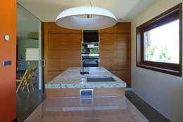 Cocinas de estilo rústico por AD+ arquitectura
