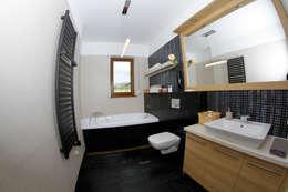 Baños de estilo moderno por in2home