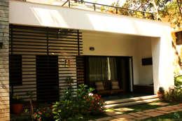RESIDENCE FOR TALWAR: modern Houses by de square