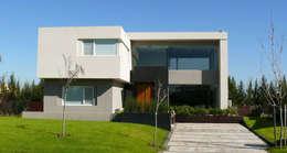 Casas de estilo moderno por Estudio Fernández+Mego