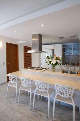 Apartamento 93-A: Cocinas de estilo moderno por Objetos DAC