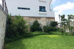 Jardín área común: Jardines de estilo mediterraneo por Hábitas