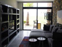 Sala multimedia de estilo  por MAAD arquitectura y diseño