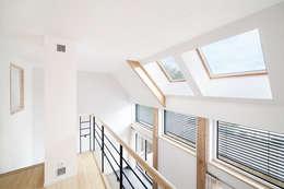 Pasillos y vestíbulos de estilo  por O2 Concept Architecture