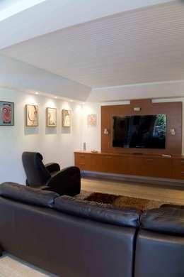 Vivienda 609: Salas de entretenimiento de estilo moderno por Objetos DAC