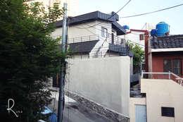 Casas de estilo minimalista por 로하디자인