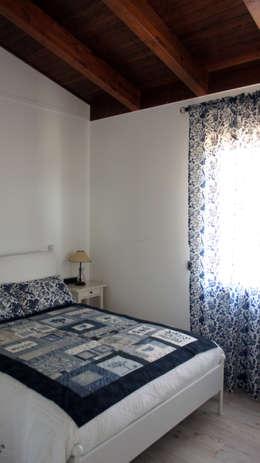 Habitaciones de estilo mediterráneo por RIBA MASSANELL S.L.