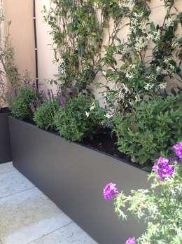 Una terrazza moderna mediterranea:  in stile  di Au dehors Studio. Architettura del Paesaggio