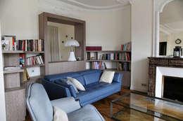 Contemporain et Haussmannien: Salon de style de style Moderne par Agence Laurent Cayron
