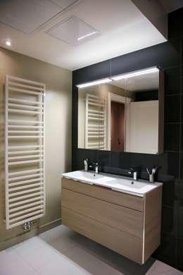 Contemporain et Haussmannien: Salle de bains de style  par Agence Laurent Cayron