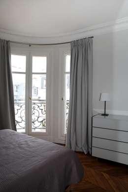 Contemporain et Haussmannien: Chambre de style de style Moderne par Agence Laurent Cayron