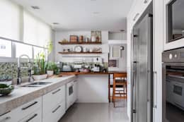 Cocinas de estilo moderno por Alvorada Arquitetos