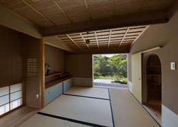 茶室のある家: AMI ENVIRONMENT DESIGN/アミ環境デザインが手掛けたリビングです。