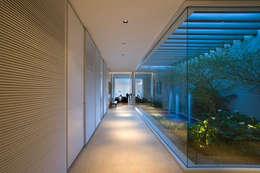 Pasillos, vestíbulos y escaleras de estilo  por Lanza Arquitetos